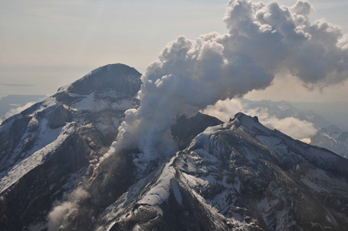 Redoubt Volcano's active lava dome as it appeared on May 8, 2009. The volcano is in the Aleutian Range about 110 miles south-southwest of Anchorage, Alaska. Image credit: Chris Waythomas, Alaska Volcano Observatory