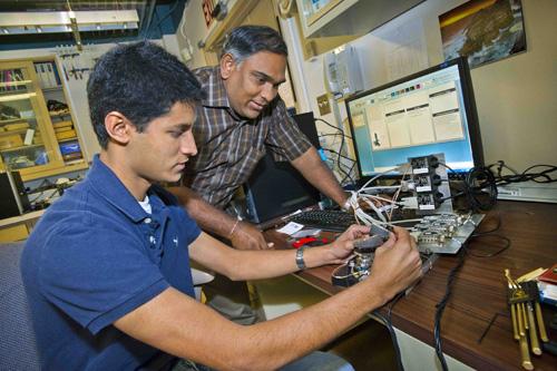 Seno Rekawa (right) mentors a student as part of Berkeley Lab's summer CSEE program. Image credit: Berkeley Lab