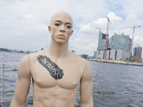 Protest gegen die Verwendung giftiger Chemikalien: Schaufensterpuppe mit dem Detox-Logo an markanter Stelle im Hamburger Hafen (Elbphilharmonie). Ort: Hamburg, DEU. Image copyright: © Axel Kirchhof/Greenpeace