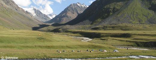 Bereits im Frühling 2013 startete der NABU eine Expedition, um im Tien-Shan-Gebirge Fotofallen zu installieren. Image credit: NABU.de