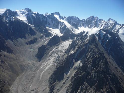 Im Ala Archa Nationalpark südlich der kirgisischen Hauptstadt Bishkek bilden sich Seen in abschmelzenden Gletschern. (Image copyright: Hermann Häusler)