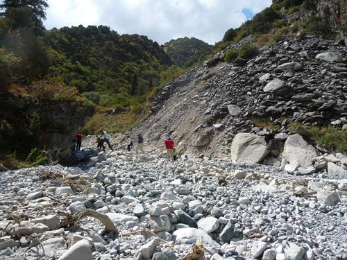 Im Zuge des Projekt-Workshops im August 2012 wurden im Gelände die Schäden der Flutwelle eines wenige Tage zuvor ausgebrochenen Gletschersees besichtigt. (Image copyright: Hermann Häusler)