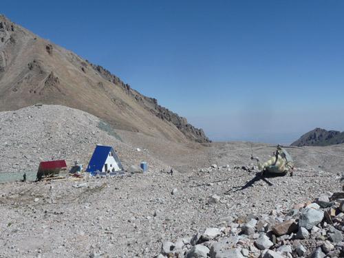 Die hoch gelegenen Klimastationen im nördlichen Tien Shan-Gebirge in Kirgisien sind nur mehr mit einem Hubschrauber erreichbar. (Image copyright: Hermann Häusler)