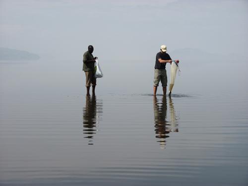 Der Algenforscher Michael Schagerl (rechts) entnimmt mit dem Planktonnetz eine Algenprobe am Lake Natron, Tansania. (Image copyright: Michael Schagerl)