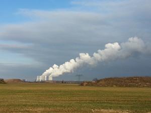 Ein klares Preis-Signal würde einen Anreiz setzen für Innovation – die dann verhindert, dass sich das Energiesystem gleichsam selbst festfährt mit Investitionen in CO2-intensive Technologien wie dieses Kohlekraftwerk.