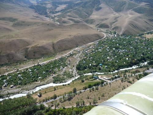 Erst vom Hubschrauber aus sieht man das ganze Ausmaß der letzten Vermurung einer Feriensiedlung südlich von Bishkek. Starkniederschläge und Gletscherseeausbrüche bilden ein zunehmendes Gefährdungspotential. (Image copyright: Hermann Häusler)