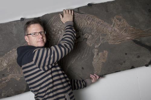 Achim Reisdorf mit Fischsaurier. Image credit: © Lisa Schäublin /NMBE