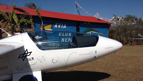 Das Forschungsflugzeug Stemme S10 in Pokhara, Nepal. Image credit: DLR