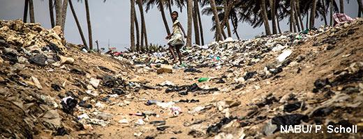 Die Kinder in Tema kennen ihren Strand nicht anders als übersät mit Müll. Image credit: NABU.de