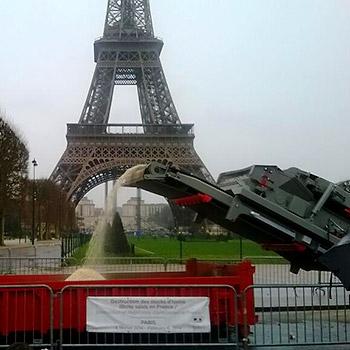 Zerstörung von Elfenbein vor dem Eiffelturm © WWF-France
