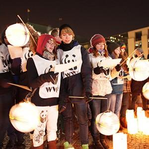 Earth Hour Teilnehmer am Brandenburger Tor. Image credit: © David Biene / WWF