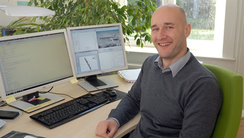 Kai Wicke an seinem Arbeitsplatz. Image credit: DLR