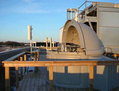 Die Photonen wurden über Freistrahlstrecken in hunderte Meter entfernt stehende Messstationen übertragen.(Foto credit: IQC)