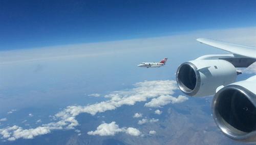 Die Forschungsflugzeuge fliegen bei den Versuchen in typischen Reiseflughöhen zwischen neun und zwölf Kilometern. Image credit: NASA.