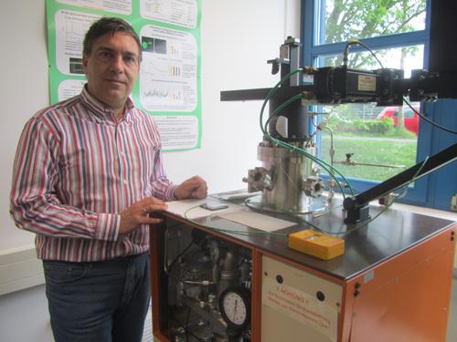 PD Dr. Cyril Popov vor der Anlage für die Abscheidung von Diamantschichten. Foto credit: Universität Kassel