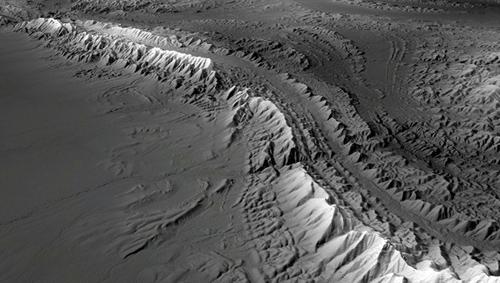 Dieses TanDEM-X-Höhenmodell des Deutschen Zentrums für Luft- und Raumfahrt (DLR) zeigt die Flinders Ranges, eine etwa 1000 Meter hohe Gebirgskette im Süden Australiens. Sie besteht aus bis zu 2 Milliarden Jahre alten Gesteinen. Schroffe Mittelgebirgskämme, tiefe Schluchten und sonnenverbrannte Talflächen kennzeichnen die Landschaft. Image credit: DLR