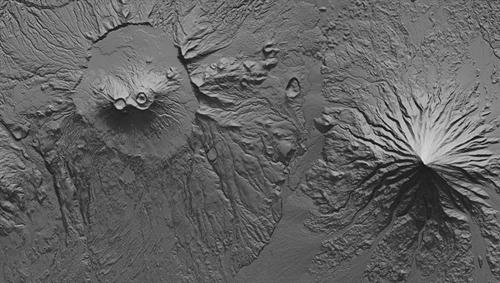 Das Deutsche Zentrum für Luft- und Raumfahrt (DLR) liefert die ersten finalen Höhenmodelle (DEM; Digital Elevation Model) der TanDEM-X-Mission für die wissenschaftliche Nutzung. Hier: Detail um die Krascheninnikov Caldera und den Kronotsky Vulkan als schattierte Reliefkarte. Derartige Karten von TanDEM-X ermöglichen Analysen zu möglichen Lavaströmungen, um gefährdete Gebiete zu kartieren. Image credit: DLR