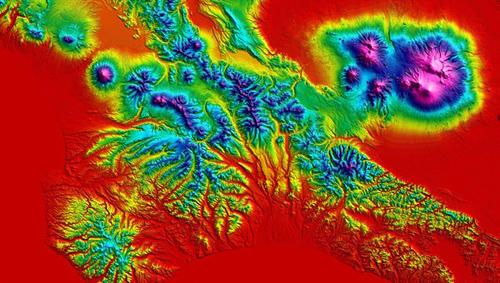 """Digitales Höhenmodell der TanDEM-X-Mission für ein Gebiet auf der Halbinsel Kamtschatka im Nordosten Russlands: Die pazifische Platte schiebt sich in breiter Front unter den Rand der eurasischen Platte und verursacht einzigartige vulkanische Aktivitäten mit einer sehr hohen Dichte von Vulkanen. Von insgesamt mehr als 160 Vulkanen sind derzeit 29 aktiv. Jährlich brechen im Durchschnitt sechs der Vulkane aus. Wegen der Kombination von Schnee und Eis und dem hochaktivem Vulkanismus bezeichnet man Kamtschatka auch als """"land of ice and fire"""". Die höchste Erhebung ist der Kljutschevskoi mit 4835 Meter. Im Januar 2013 sorgte die gleichzeitige Eruption von vier Vulkanen (Schiwelutsch, Besymjanny, Tolbatschik und Kizimen) für Schlagzeilen. 1996 wurde die Vulkanregion von Kamtschatka von der UNESCO zum Weltnaturerbe erklärt. Image credit: DLR"""