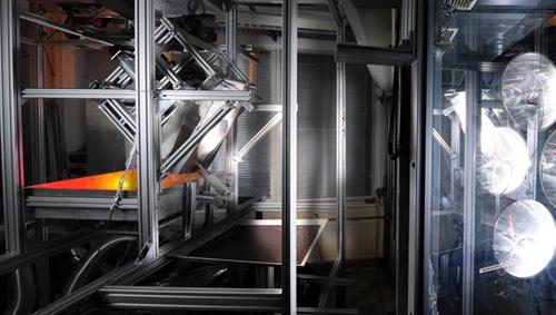 Neuartiger Receiver im Test mit Hochleistungsstrahlern am DLR-Sonnenofen in Köln. Image credit: DLR
