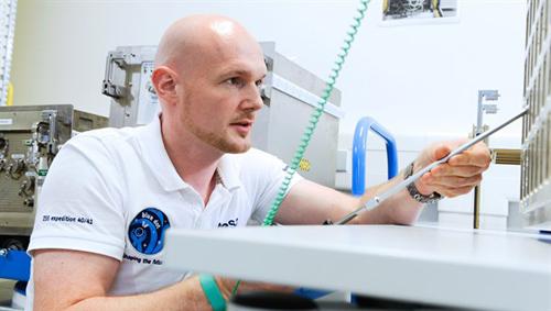 Alexander Gerst trainiert am Europäischen Astronautenzentrum EAC in Köln den Einbau des MagVector/MFX-Experimentcontainers in das European Drawer Rack (EDR) im europäischen Columbus-Modul. Image credit: DLR