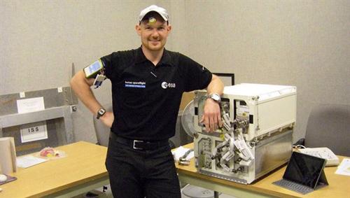 Der deutsche ESA-Astronaut Alexander Gerst trainiert am Europäischen Astronautenzentrum EAC in Köln das Circadian Rhythm-Experiment. Image credit: DLR