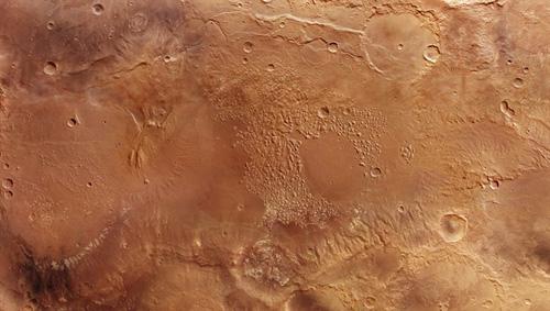 """Inmitten des etwa 200 Kilometer großen Atlantis-Beckens fallen hunderte von """"chaotisch"""" angeordneten Tafelbergen und kleine Bergspitzen auf - das Gebiet Atlantis Chaos. Die oberste Schicht der Bergstotzen besteht aus einem hellen Material. Spektroskopische Messungen haben gezeigt, dass es sich dabei um Schichtsilikate handelt, Minerale, die unter dem Einfluss von Wasser entstehen. Image credit: ESA/DLR/FU Berlin."""