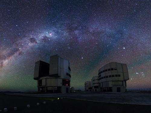 Der klare Himmel Chiles zeigt das rasch variierende rote und grüne Leuchten verschiedener Atome und Moleküle in den oberen Schichten der Erdatmosphäre. (Foto credit: ESO/Yuri Beletsky)