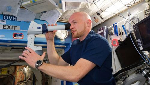 """Für das NASA-Experiment """"Ocular Health"""" untersuchte Astronaut Alexander Gerst den Zustand seiner Augen mit einer Ultraschallkamera. Mit diesen Daten wollen amerikanische Wissenschaftler untersuchen, wie hoch das Risiko ist, dass sich die Schwerelosigkeit auf das Sehvermögen und den Hirndruck auswirkt. Weitere Messungen im Verlauf der Mission sowie nach der Rückkehr sollen dann Aufschluss über mögliche Veränderungen geben. Image credit: NASA"""
