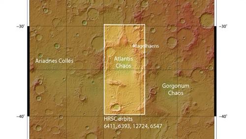 Atlantis Chaos befindet sich in einer kreisrunden Tiefebene von etwa 200 Kilometern Durchmesser, dem Atlantis-Becken im südlichen Marshochland bei etwa 34 Grad südlicher Breite und 183 Grad östlicher Länge. Das Atlantis-Becken könnte Bestandteil eines großen, stehenden Gewässers, des Eridana-Sees in der Hochebene von Sirenum Terra, gewesen sein. Image credit: NASA/JPL/MOLA; FU Berlin.