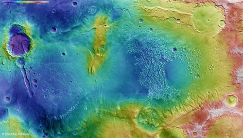 """Aus den Stereobilddaten des vom DLR betriebenen Kamerasystems HRSC werden topographische Geländemodelle abgeleitet. In der farbkodierten Darstellung lassen sich die Höhenunterschiede von über 4000 Metern in der Region gut erkennen. Auffallend ist eine Art """"Kanal"""", durch den das Atlantis-Becken in der Bildmitte mit einem weiter südlich (links im Bild) gelegenen, kleineren Becken verbunden ist. Vermutlich befand sich in den Senken einst ein stehendes Gewässer. Image credit: ESA/DLR/FU Berlin."""