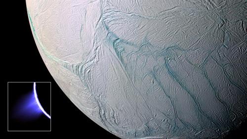 Dünne Strahlen mit Eispartikeln schießen von der Oberfläche des Saturnmondes und reichen bis zu 750 Kilometer ins Weltall. Quelle der Fontänen am Südpol des Eismondes sind etwa 100 Kilometer lange Spalten, die etwas wärmer sind als ihre Umgebung. Image credit: NASA/JPL/Space Science Institute