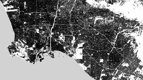 Die amerikanische Metropole Los Angeles breitet sich auf einer riesigen Fläche aus. Da vertikale Strukturen die Radarstrahlen der Satelliten TerraSAR-X und TanDEM-X des DLR besonders gut reflektieren, zeigt diese Karte, dass Los Angeles besonders dicht und meist blockweise bebaut ist. Weiß erscheinen Flächen ohne vertikale Strukturen wie Autobahnen oder Flughäfen. Image Quelle: DLR