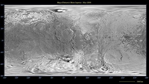 """Die Abbildung zeigt die gesamte Oberfläche des Saturnmondes Iapetus, bei der die kugelförmige Oberfläche des Trabanten durch eine so genannte """"einfache zylindrische äquidistante Projektion""""auf eine rechteckige Fläche abgebildet wurde. Image credit: NASA/JPL/Space Science Institute."""
