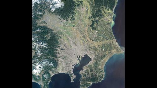 Dieses Bild der japanischen Hauptstadt Tokio wurde mit einem optischen Satelliten aufgenommen. Kleinere urbane Strukturen wie Gebäudegruppen oder einzelne Häuser sind nicht zu erkennen. Image Quelle: USGS/Verarbeitung: DLR