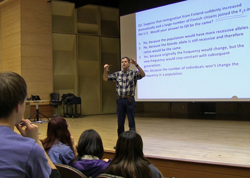 """Scott Freeman proposes a question, has students consider answers individually or in groups and then calls on students at random to explain their reasoning – an approach he and colleagues call """"Ask, don't tell."""" Image credit: U of Washington"""