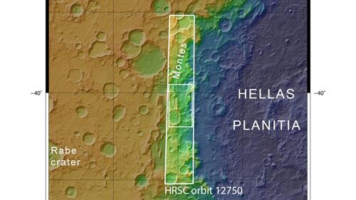 Mit einem Durchmesser von stellenweise 2200 Kilometern ist Hellas Planitia auf dem Mars das zweitgrößte Einschlagsbecken des inneren Sonnensystems. Nach der Entstehung des acht Kilometer tiefen Beckens sackte der aufgewölbte Kraterrand entlang von tektonischen Brüchen in die Vertiefung von Hellas. Dabei bildete sich auch das stark strukturierte Gebiet von Hellespontus Montes. Mars Express überflog die Region am 13. Januar 2014 während Orbit 12.750. Die hier gezeigte Landschaft befindet sich in dem kleineren Rechteck des Aufnahmestreifens der vom DLR betriebenen hochauflösenden Stereokamera HRSC. Image credit: NASA/JPL/MOLA; FU Berlin