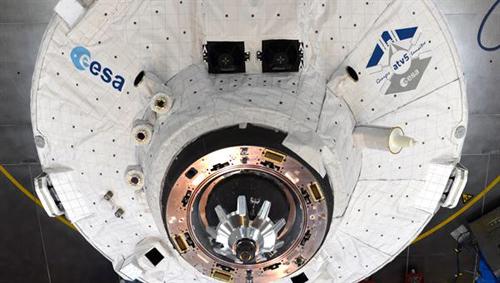Gut sichtbar sind die optischen Sensoren für die Annäherung (unten), das LIRIS Experiment (links), die Sternsensoren (links und rechts oberhalb des Andockadapters), die beleuchtbaren Fadenkreuze (oben) und die KURS-Radarantenne (rechts). Image credit: ESA