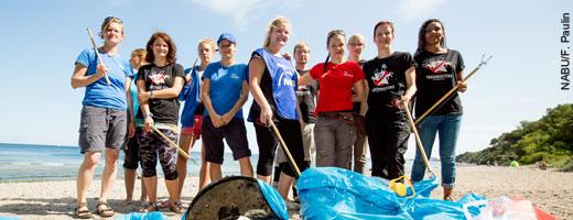 Clean-up-Aktion am Warnemünder Strand: Gesammelt wurden unter anderem 500 Zigarettenstummel auf 500 Metern. Image credit: NABU.de