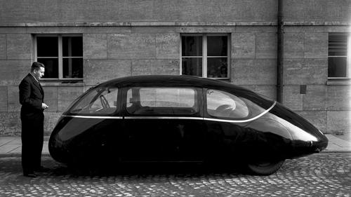 Vor 75 Jahren stellten Strömungsforscher der Aerodynamischen Versuchsanstalt Göttingen (AVA) ein Auto vor, das lange Zeit als konsequenteste Umsetzung der Aerodynamik im Fahrzeugbau galt: den so genannten Schlörwagen. Image credit: DLR