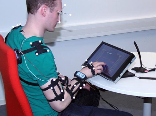 Mithilfe von Probanden werden im Projekt InterHapt Bewegungsabläufe beim Verwenden von Touchscreens erforscht sowie die benötigte Zeit und Fehlerquoten ermittelt. Foto credit: Uni Kassel.