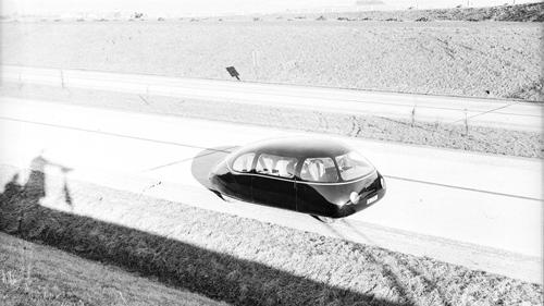 Auf der damals bei Göttingen gerade fertig gestellten Autobahn, dem Vorläufer der heutigen A 7, absolvierte der Schlörwagen im Jahr 1939 eine Reihe von Testfahrten. Die Höchstgeschwindigkeit betrug beim Serienwagen circa 105 Kilometer pro Stunde, beim Stromlinienwagen beachtliche 134 bis 136. Der Schlörwagen verbrauchte auf 100 Kilometer acht Liter, das Serienmodell hingegen zehn bis zwölf Liter - eine Reduzierung um 20 bis 40 Prozent. Image credit: DLR