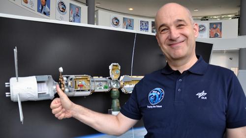 ATV-Programm-Manager Volker Schmid vom DLR Raumfahrtmanagement steht vor einem Modell der Internationalen Raumstation ISS. Das ATV (Automated Transfer Vehicle) ist am östlichen Teil der Raumstation angedockt. Es ist das größte, komplexeste und schwerste Raumfahrzeug, das jemals in Europa gebaut worden ist. Image credit: DLR