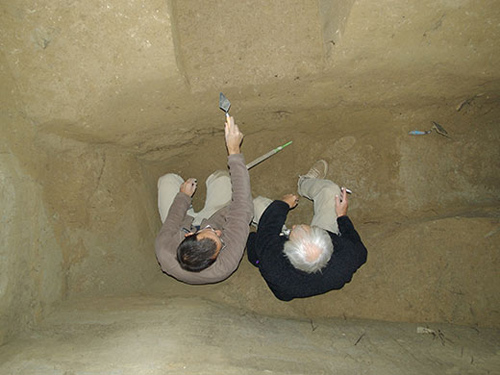 Der Archäologe Philip R Nigst (l) und Geologe Paul Haesaerts (r) besprechen die Stratigraphie eines Testschnitts in Willendorf II. (Image copyright: The Willendorf Project, Philip R. Nigst, Bence Viola).