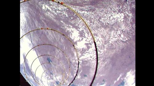 Die Kamera an Bord des Satelliten AISat des Deutschen Zentrums für Luft- und Raumfahrt (DLR) hat das erste Bild der entfalteten Helix-Antenne aufgenommen. Mit der vier Meter langen Antenne sollen die Signale der Schiffe präziser als mit herkömmlichen Antennen erfasst werden. Image credit: DLR