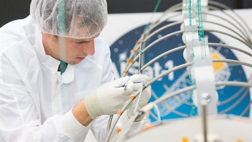 Bisher wird der Schiffsverkehr mit Satelliten überwacht, die mit einer  ungerichteten Stab-Antenne ausgestattet sind und in dicht befahrenen Gebieten die einzelnen Schiffssignale kaum unterscheiden können. Für den Satelliten AISat entwickelte das Deutsche Zentrum für Luft- und Raumfahrt (DLR) deshalb eine vier Meter lange Helix-Antenne und baute für die Mission einen Satelliten sowie Empfänger. Gesteuert und betrieben wird der Satellit vom DLR-Institut für Raumfahrtsysteme in Bremen. Image credit: DLR