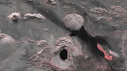 Holuhraun ist ein Lavafeld im isländischen Hochland nördlich des Vatnajökull-Gletschers und gehört zum Bardarbunga-Vulkansystem. Auf diesem Bild des deutschen Radarsatelliten TerraSAR-X ist die frisch ausgetretene Lava in der rechten Bildhälfte gut zu erkennen. Die helleren Bereiche im Bild, die zur besseren Sichtbarkeit zusätzlich rötlich markiert sind, zeigen eine Veränderung in der Amplitude - der Helligkeit des Radarsignals, das zum Satelliten zurückkommt. Denn die raue Oberfläche frisch erkalteter Lava streut sehr stark zurück und erscheint dadurch hell. Glatte Oberflächen wie beispielsweise Wasser reflektieren den einfallenden Radarstrahl vom Satelliten weg und erscheinen daher auf den Bildern dunkel, wie der Kratersee des Vulkans Askia in der unteren Bildmitte. Image credit: DLR