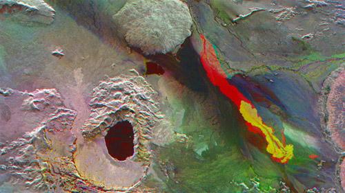 Dieses Bild verdeutlicht die Vergrößerung des Lavafeldes auf dem Holuhraun-Feld 40 Kilometer nördlich des Bardarbunga-Vulkans. Es gehört zum Bardarbunga-Vulkansystem. Gelb ist der Zuwachs der Lava zwischen dem 13. August und 4. September markiert, Rot zeigt den Lavazuwachs vom 4. bis zum 15. September an. Deutlich erkennbar ist, dass sich die Fläche in der kürzeren zweiten Periode verdoppelt hat. Außerdem ist ein zweites Eruptionsgebiet als kleinerer roter Fleck in der rechten unteren Bildecke zu sehen. Image credit: DLR