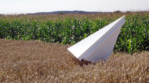 """Trihedraler Reflektor in Wallerfing als Referenzziel für die Kalibrierung der SAR-Daten. Bei diesen Radar-Reflektoren wird 100% der einfallenden Strahlung reflektiert. Die Funktionsweise ähnelt dem Prinzip, wie es bei den """"Katzenaugen"""" am Fahrrad verwendet wird. Image credit: DLR"""