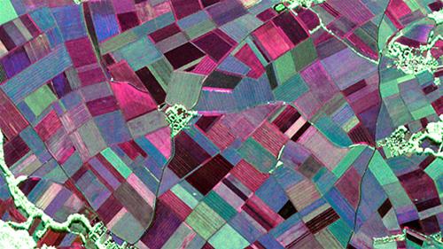 Voll polarimetrisches RGB-Bild der Testregion Wallerfing, aufgenommen am 22. Mai 2014 im L-Band (23 cm Wellenlänge): Je heller die Darstellung im Radarbild ist, desto rauer ist zum Beispiel die Oberfläche oder umso komplexer ist die Struktur des abgebildeten Objekts. Bäume und Wälder erscheinen hier zum Beispiel grün bis weiß, da sie das einfallende Radarsignal in mehreren Polarisationen stark verändern und streuen. Die Radarsensoren im langwelligen Frequenzbereich können bis in den Boden dringen. So lassen vor allem die roten und blauen Farbnuancen hier auf die Bodeneigenschaften unter der Vegetation schließen. Image credit: DLR