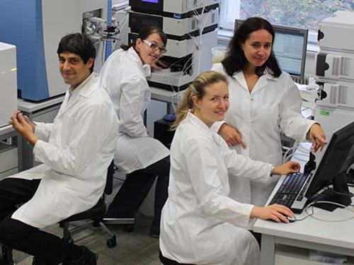 Bioanalytiker Christopher Gerner mit seinem Team (v.l.n.r.: Andrea Bileck, Astrid Slany, Dominique Kreutz) im Labor des Instituts für Analytische Chemie. (Image copyright: Universität Wien)